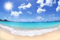 Mooie, Zonnige Dag bij een Tropisch Strand Stock Foto