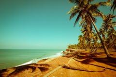 Mooie zonnige dag bij tropisch strand Royalty-vrije Stock Foto's