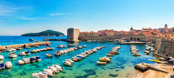 Mooie zonnige dag over de baai vooraan oude stad van Dubrovnik Stock Fotografie