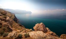 Mooie zonnige mening van de kustlijn Stock Fotografie
