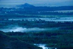 Mooie zonnige vallei tussen bergen met weelderige wolken Royalty-vrije Stock Foto's