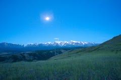 Mooie zonnige vallei tussen bergen met weelderige wolken Stock Fotografie