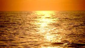Mooie zonnige weg aan het overzees bij zonsopgang, zonsondergang stock videobeelden