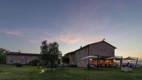 Mooie zonsondergang bij de luxe Toscaanse toevlucht met openluchtrestaurant, Pontedera, Pisa, Toscanië, Italië royalty-vrije stock fotografie
