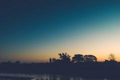 Mooie zonsondergang bij een meer Royalty-vrije Stock Afbeeldingen