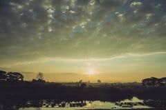 Mooie zonsondergang bij een meer Royalty-vrije Stock Fotografie