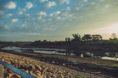 Mooie zonsondergang bij een meer Royalty-vrije Stock Foto