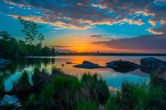 Mooie zonsondergang bij het meer Weergeven van het meer en het bos bij zon stock afbeeldingen