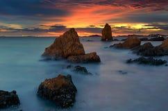 Mooie zonsondergang bij het steenstrand royalty-vrije stock afbeelding