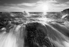 Mooie zonsondergang bij het steenstrand in zwart-wit royalty-vrije stock foto's