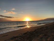Mooie zonsondergang bij het strand Stock Foto's