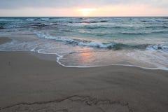 Mooie zonsondergang bij het strand met grote wolken in Salento - Italië Stock Fotografie
