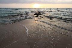 Mooie zonsondergang bij het strand met grote wolken in Salento - Italië Royalty-vrije Stock Foto