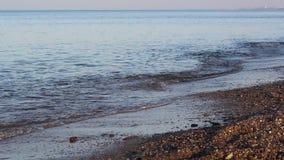 Mooie zonsondergang bij het strand, verbazende kleuren die, lichtstraal door cloudscape glanzen stock video