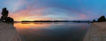 Mooie zonsondergang bij kleine rivier Royalty-vrije Stock Afbeelding