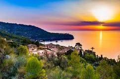 Mooie zonsondergang bij kust van Majorca-eiland, Spanje royalty-vrije stock foto's