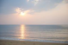 Mooie zonsondergang bij Mai Khao-strand Stock Afbeelding