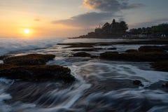 Mooie zonsondergang bij Tanah-Partij, oriëntatiepunt van het eiland van Bali, Bali, Indonesië royalty-vrije stock foto