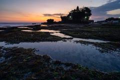 Mooie zonsondergang bij Tanah-Partij, oriëntatiepunt van het eiland van Bali in Indonesië royalty-vrije stock fotografie