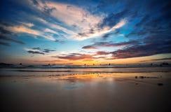 Mooie zonsondergang bij tropisch strand Royalty-vrije Stock Afbeelding