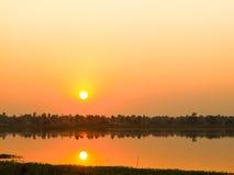 Mooie zonsondergang boven de kleine rivier in Thailand stock fotografie