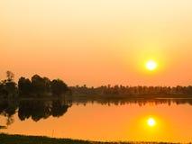 Mooie zonsondergang boven de kleine rivier in Thailand stock afbeeldingen