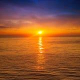 Mooie zonsondergang boven het overzees Stock Afbeeldingen