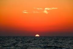 Mooie zonsondergang boven het overzees Stock Fotografie