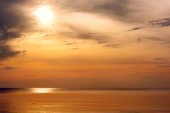 Mooie zonsondergang boven het overzees Gouden overzees zonsonderganglandschap Stock Fotografie