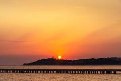 Mooie zonsondergang boven het overzees met berglijn op een horizon royalty-vrije stock foto