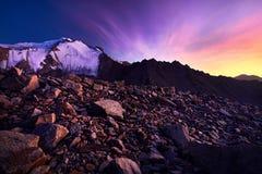 Mooie zonsondergang in de bergen Royalty-vrije Stock Foto's