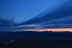 Mooie zonsondergang in de bergen met verlicht berghotel royalty-vrije stock fotografie