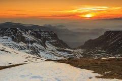 Mooie zonsondergang in de Bucegi-bergen, de Karpaten, Roemenië Stock Foto's
