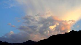 Mooie zonsondergang in de hemel stock foto's