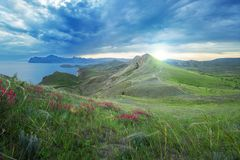 Mooie zonsondergang in de Krimbergen die blauw Se overzien Stock Afbeelding