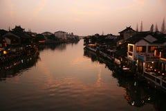 Mooie zonsondergang in de oude stad van Zhujiajiao, China Traditionele Chinese arhitecture, schepen op water, rivier stock foto
