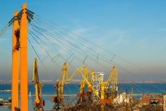 Mooie zonsondergang in de zeehaven van Odessa ukraine stock foto's