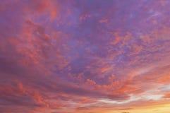 Mooie zonsondergang die als het schilderen kijkt royalty-vrije stock afbeeldingen