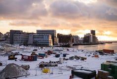 Mooie zonsondergang die de haven in Noorwegen verlaten stock foto's