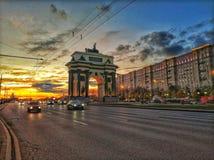 Mooie zonsondergang door de Triomfantelijke Poorten in Moskou Royalty-vrije Stock Afbeeldingen