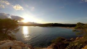 Mooie zonsondergang in een baai in Costa Brava, Spanje stock footage