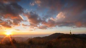 Mooie Zonsondergang en bewolkt op de hoge berg van Doi Lang Ka Noi, Th Stock Afbeelding