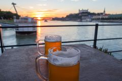 Mooie zonsondergang en mooie bieren over de rivier Donau in Bratislava Slowakije stock afbeeldingen