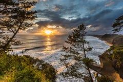 Mooie zonsondergang en kustlijn in zuidelijk van Ibusuki, Kyushu, J stock foto