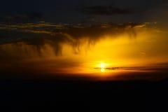Mooie zonsondergang geel met wolken Stock Afbeelding