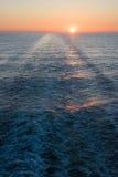 Mooie zonsondergang in het overzees Stock Foto's