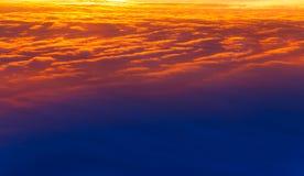Mooie Zonsondergang Kleurrijke dramatische hemel bij zonsondergang Gelaagde regenwolken Heldere blauwe oranje achtergrond royalty-vrije stock foto