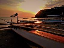 Mooie zonsondergang met bootachtergrond stock afbeeldingen