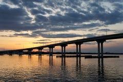 Mooie Zonsondergang met een Brug en een Water stock foto's