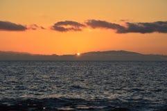 Mooie zonsondergang met lage wolken en moutain op zee in Kusadasi, royalty-vrije stock afbeeldingen